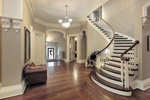 Криволинейная лестница с деревянными ступенями имеет большой радиус изгиба