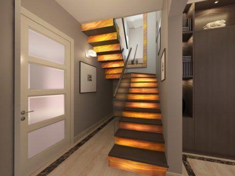 Лестница на второй этаж в маленьком доме в коридоре
