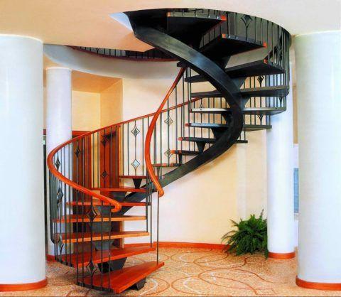 Лестница на второй этаж в своем доме