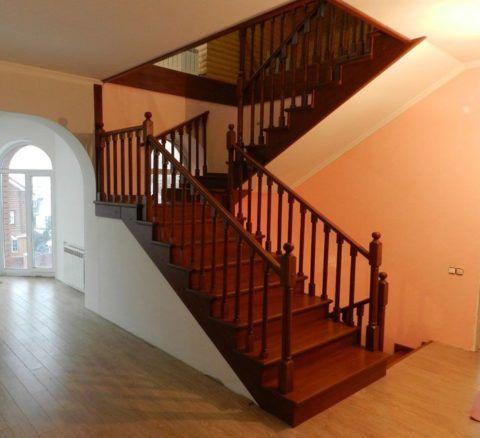Лестница на второй этаж внутри дома