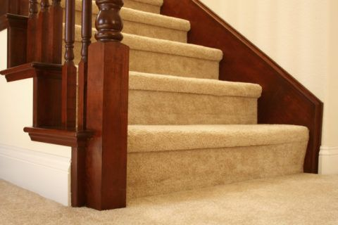 Лестница обтянутая ковровой дорожкой