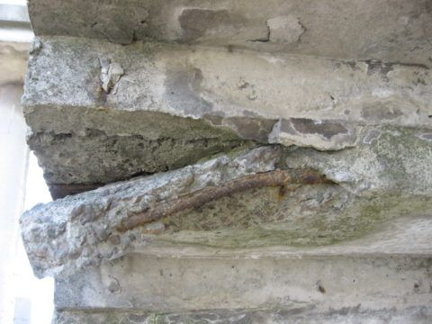 Лестница, поврежденная коррозией бетона