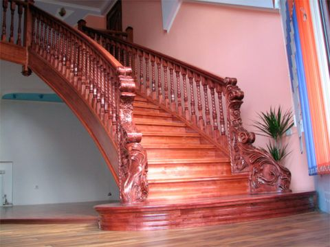Лестница со второго этажа, сделанная из дерева