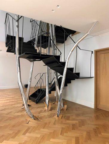 Лестница, стилизованная под растущее дерево