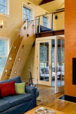 Лестница в комнате на второй этаж