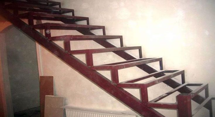 Лестница на деревянном каркасе своими руками