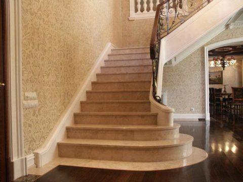 Мраморная лестница в доме