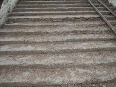 На этой лестнице уже начал разрушаться цементный камень