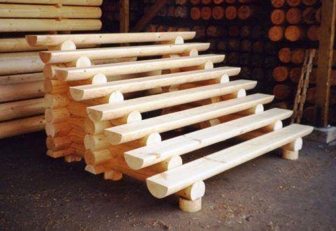 Наглядный пример лестницы из бревен, которую можно пристроить к входу