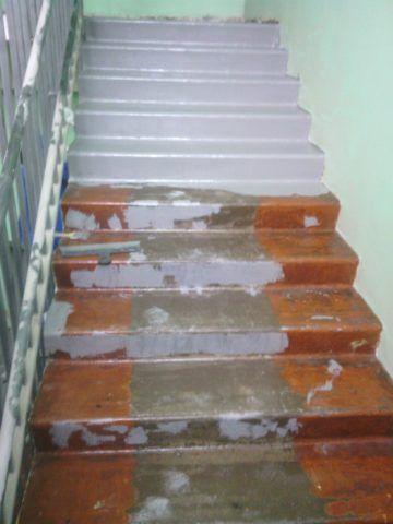 Нанесение полимера на бетонную лестницу