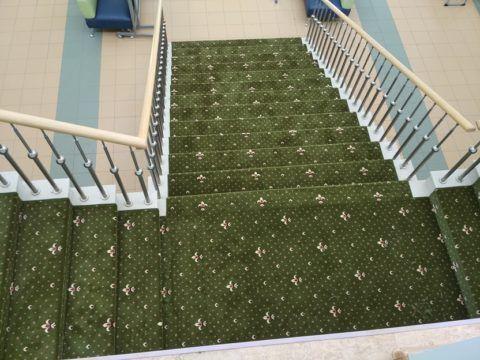 Оклеенная ковролином лестница