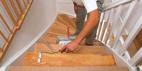 Покрытие деревянной лестницы грунтовкой