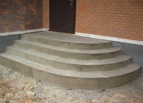 Пример распространённого крыльца из бетона