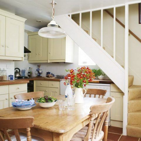 Простая лестница на второй этаж, расположенная в кухне