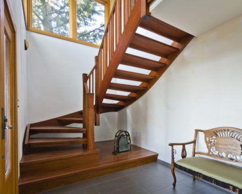 Варианты лестниц на второй этаж с забежными ступенями