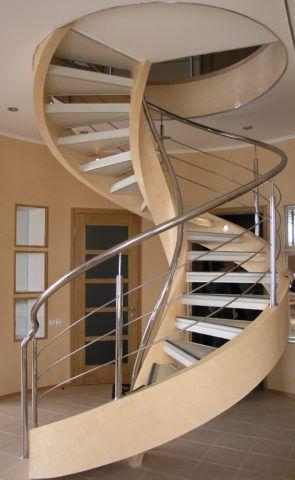 Винтовая красивая лестница в доме