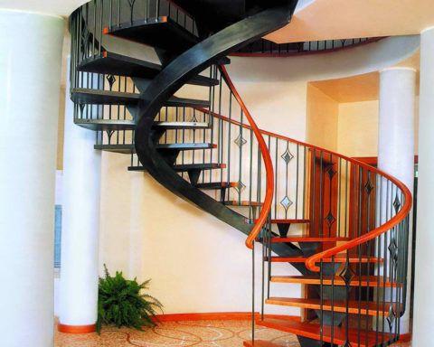 Витая лестница из металла с деревянными ступенями и поручнями