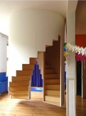Закрытая витая лестница оригинальной конструкции