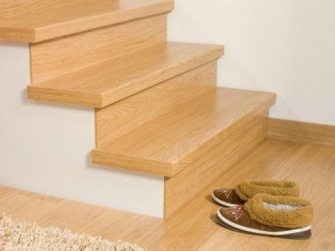 Лестница, отделанная ламинированной доской и гипсокартоном