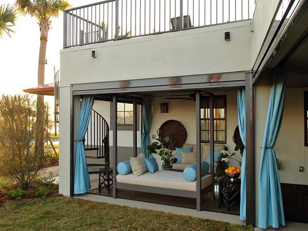 Балкон в частном доме над крыльцом: особенности конструкции.