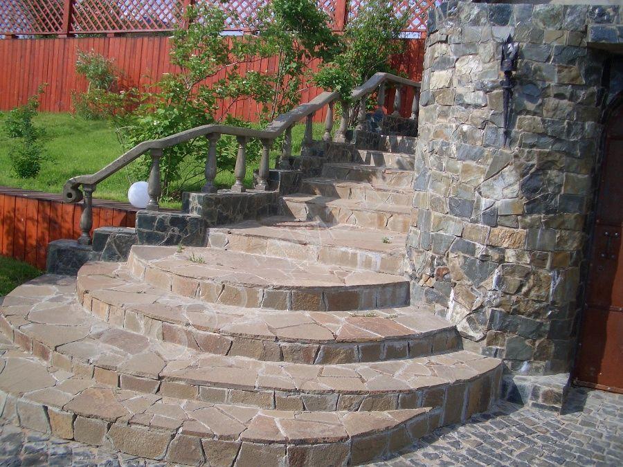 Бетонная лестница на улице, отделанная натуральным камнем
