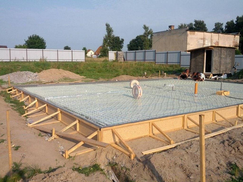 Лестница на бетонном основании: изготовление массивного плитного фундамента