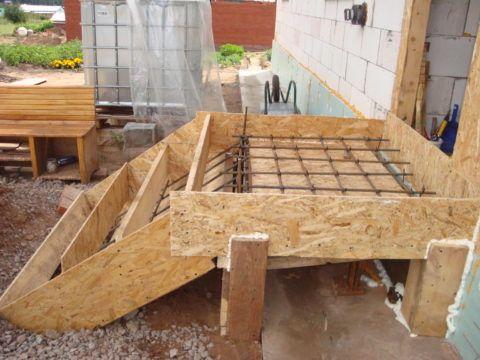 Бетонная лестница будет опираться на столбы