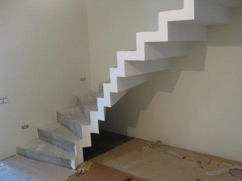 Бетонная лестница обладает большой массой