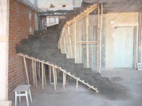 Бетонная лестница, обработанная грунтовкой