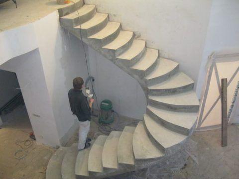 Бетонная маршевая лестница с разворотом на 180 градусов