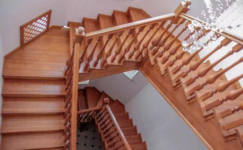 Деревянные балясины очень украсят такую лестницу