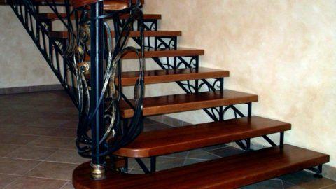 Деревянные ступеньки на металлической лестнице