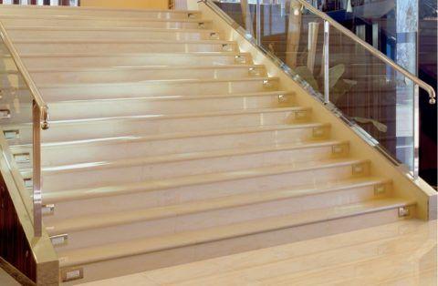 Длинные ступени из керамогранита с капиносом и встроенной точечной подсветкой