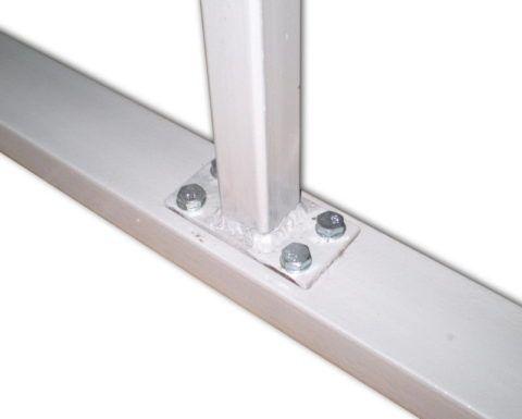 Еще один вариант крепления: стойка для ограждения лестницы с наваренной на торец площадкой притянута к профтрубе каркаса болтами