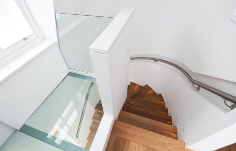 Гипсокартонное ограждение лестницы и площадки на втором этаже частного дома
