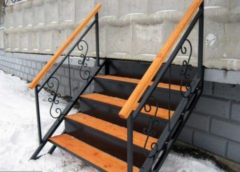 Готовая лестница для крыльца из металла, обшитая деревом
