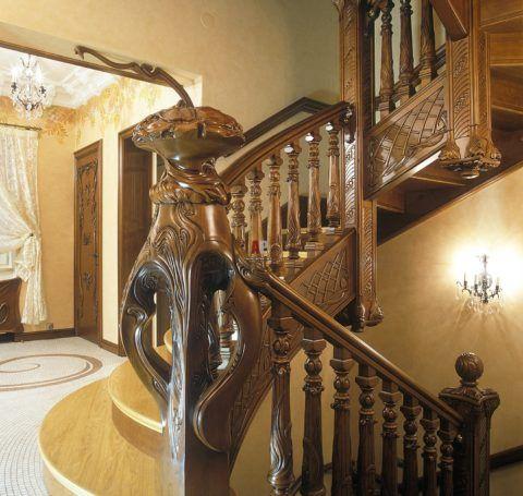 Интерьер дома с лестницей на второй этаж в стиле модерн