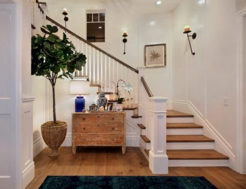 Интерьер комнаты с лестницей на второй этаж в американском стиле