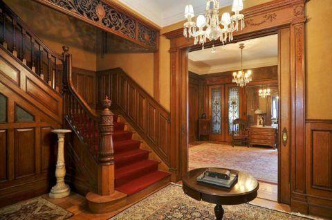 Интерьер комнаты с лестницей на второй этаж в викторианском стиле