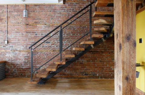 Интерьер первого этажа дома с лестницей в стиле «Лофт»