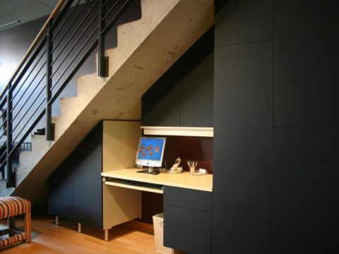 Интерьер под лестницей с рабочей зоной