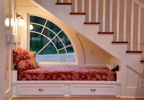 Интересное решение лестницы с лежаком