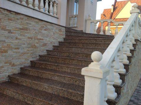 Каменные лестницы в коттедж на улице