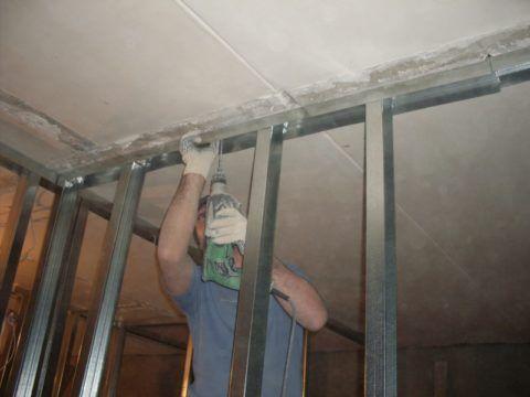 Каркас стены из ГКЛ: жесткость обеспечивается креплением стоек к полу и потолку
