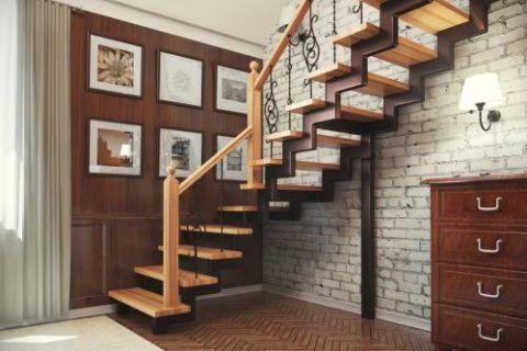 Косоуры данной лестницы сварены из кусков профилированной трубы прямоугольного сечения