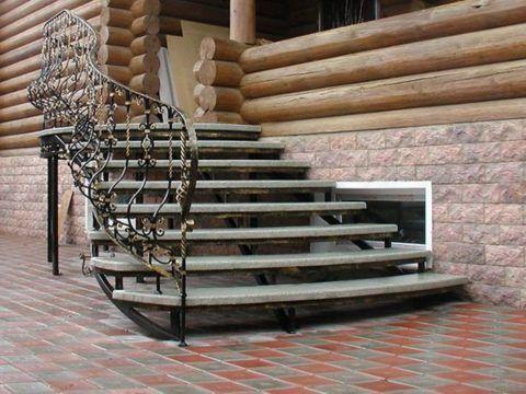 Кованые перила полукруглой лестницы