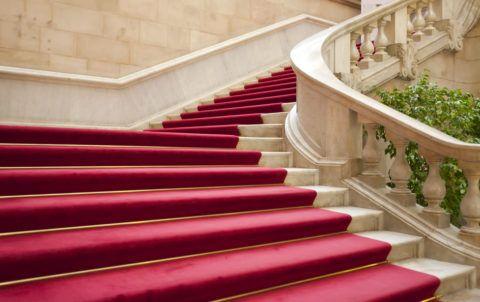 Ковровые дорожки на мраморной лестнице