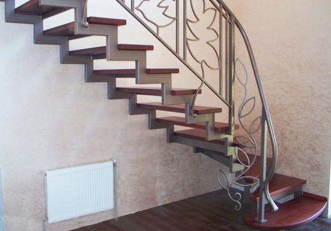 Лестница из профильной трубы на второй этаж: ломаные косоуры