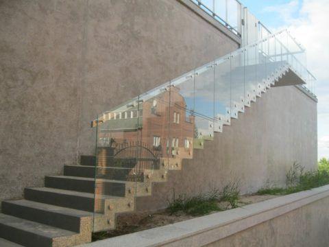 Лестница из стекла и бетона