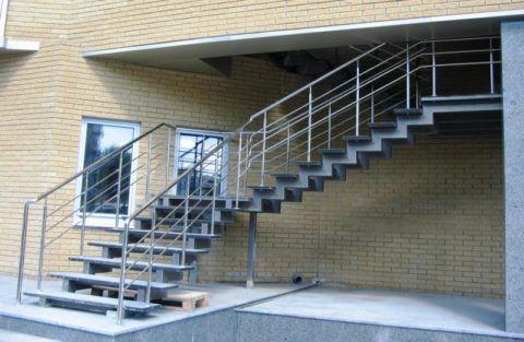 Лестница к дому наружная на косоурах